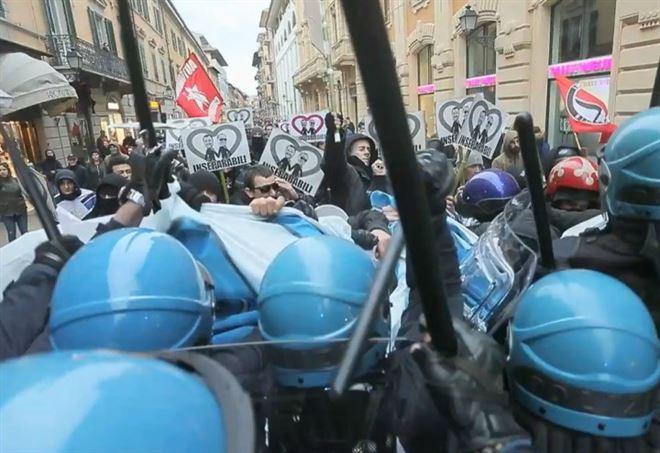Scontri a Pisa durante comizio Salvini (Twitter)