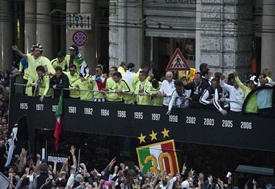La Juventus festeggia lo scudetto 2011/2012 (Infophoto)