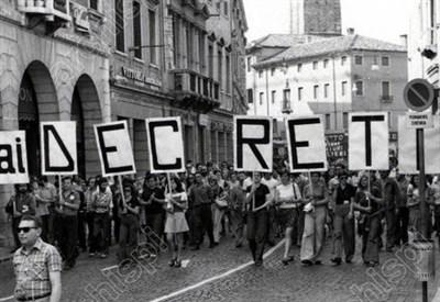 In piazza per la scuola negli anni 70 (Immagine dal web)