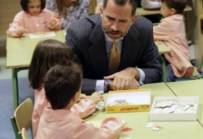 Re Felipe di Spagna visita una scuola in Galizia (LaPresse)