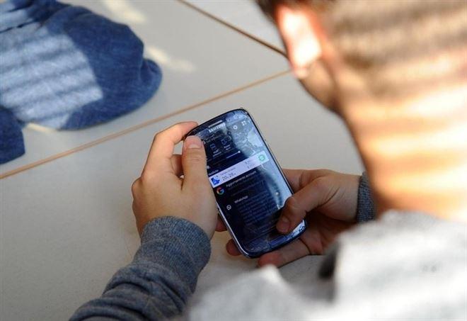 12enne si ferisce dopo rimprovero per lo smartphone (LaPresse)