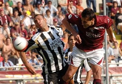 L'ultimo Siena-Torino nel 2008: qui a contrasto Simone Loria (sinistra) e Sasa Bjelanovic (INFOPHOTO)