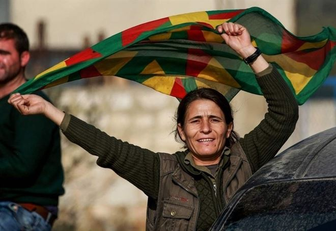 Donna curda manifesta per il Kurdistan indipendente ad Afrin (LaPresse)