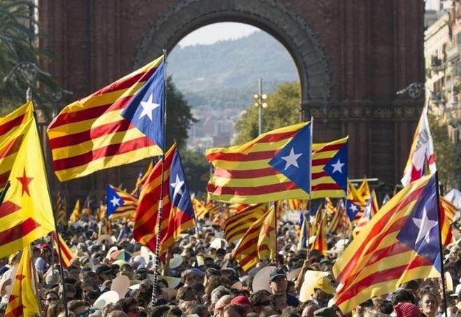 Manifestazione per il referendum in Catalogna (LaPresse)