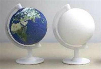 Mappamondo in plastica  realizzato con stampante 3D (a destra) e poi colorato con stampa idrografica (a sinistra)