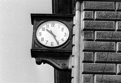 L'orologio della stazione Bologna segna l'ora esatta dello scoppio (Foto dal web)
