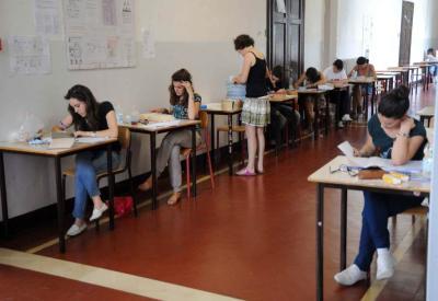Alcuni studenti alle prese con l'Esame di Maturità (Foto: Infophoto)