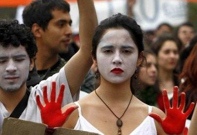 Studenti protestano a Santiago del Cile, aprile 2011 (InfoPhoto)