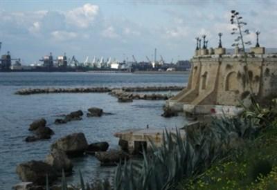 I cantieri dell'Ilva dal golfo di Taranto