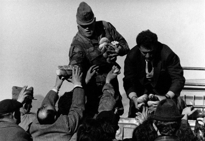 Belice, Sicilia 1968: terremotati in coda per la distribuzione del pane (LaPresse)