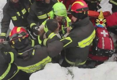 Slavina su hotel Rigopiano: la colonna dei soccorsi nella neve