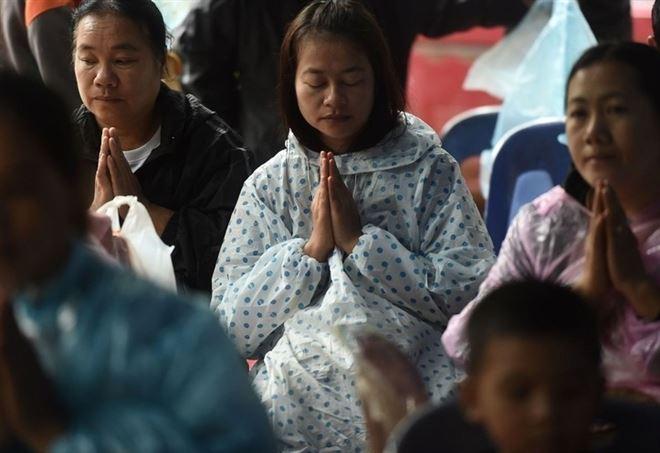 Famiglie in preghiera per i giovani scomparsi, ritrovati ieri (LaPresse)