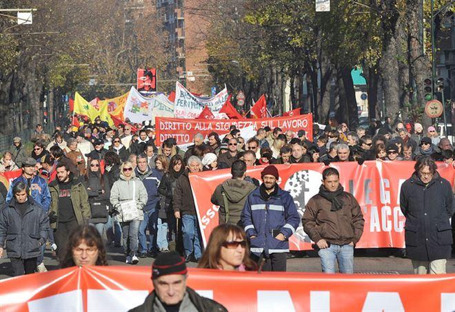 Corteo a Torino nel 2008 per le vittime della ThyssenKrupp (LaPresse)