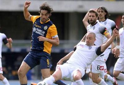 Luca Toni (sinistra), 37 anni, dell'Hellas Verona e Daniele Capelli, 28, del Cesena (dall'account Twitter ufficiale @cesenacalcio)