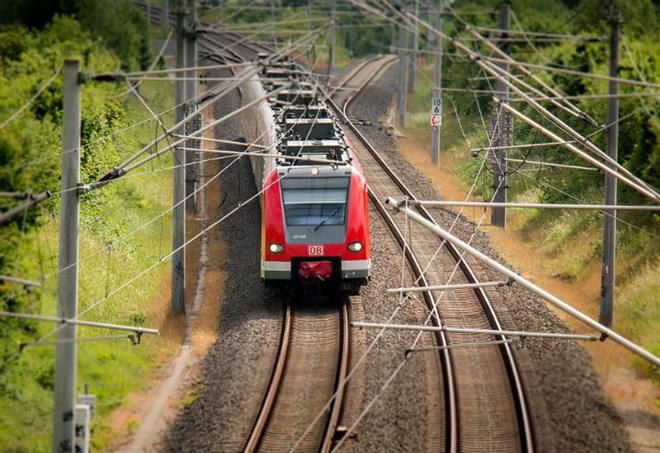 Furgone sui binari travolto da treno