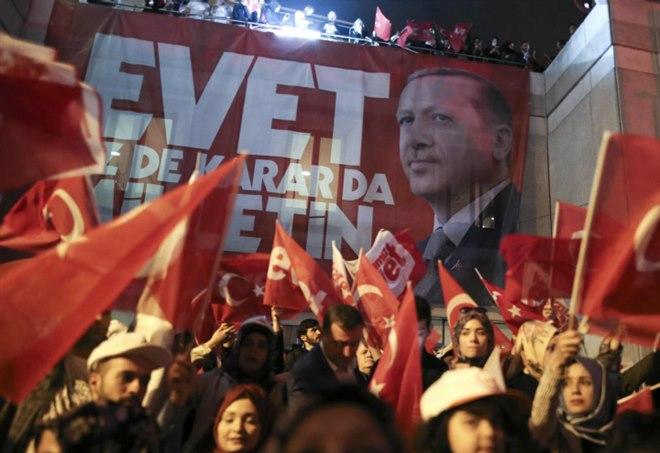 Sostenitori di Erdogan festeggiano dopo la vittoria (LaPresse)