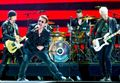 Bono Vox, cade dal palco/ Video, incidente per il frontman degli U2 durante concerto a Chicago