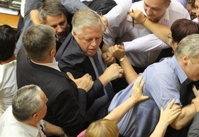 Rissa nel Parlamento ucraino (Infophoto)