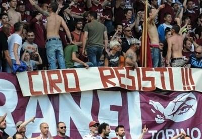 Omaggio a Ciro Esposito in una curva di tifosi (Infophoto)