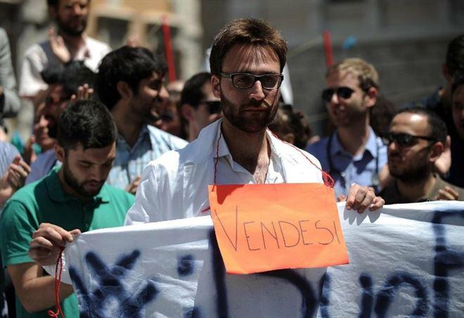 Flashmob di giovani laureati davanti a Montecitorio (LaPresse)