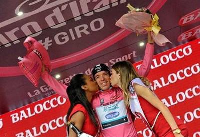 Rigoberto Uran indossa la maglia rosa (da Facebook)