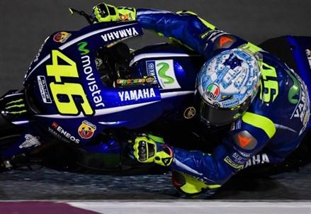 DIRETTA / MotoGp gara live, podio: Valentino Rossi ringrazia la pioggia! (oggi, GP Qatar Losail 2017)