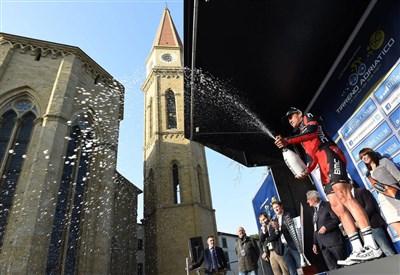 Greg Van Avermaet sul podio ad Arezzo (dal profilo Facebook ufficiale)