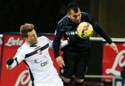 L'argentino Franco Vazquez, 26 anni, contro il cileno Gary Medel, 28, a contrasto in Inter-Palermo della stagione scorsa (INFOPHOTO)