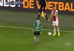 VELTMAN ANTISPORTIVO / Video, l'esterno dell'Ajax finge di fermare il gioco e scatta: 'Una furbata'. Cosa avrebbe dovuto fare l'arbitro?