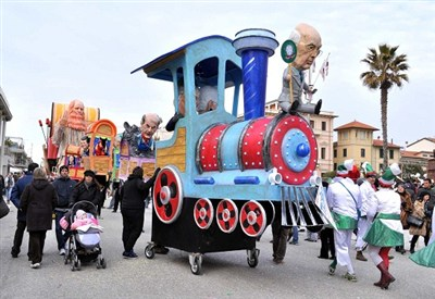 Un carro del Carnevale: anche il calcio in festa a Viareggio (Infophoto)