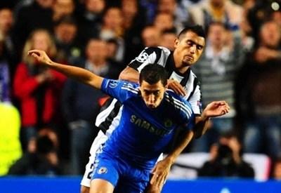 Vidal e Oscar durante un'azione di gioco (Infophoto)