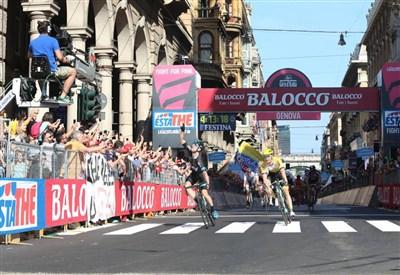 Elia Viviani esulta per la vittoria a Genova (da Facebook Giro d'Italia)