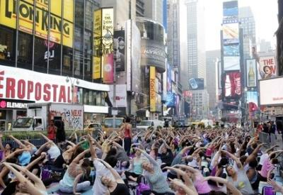 New York, yoga di massa a Times Square per il solstizio d'estate (InfoPhoto)