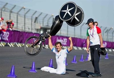 Alex Zanardi festeggia una sua vittoria paralimpica (Infophoto)