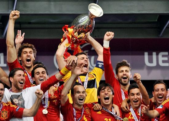 Casillas solleva il trofeo: la Spagna può esultare (INFOPHOTO)