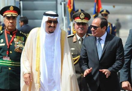 Il re saudita Salman Bin Abdel-Aziz con il presidente egiziano al Sisi (LaPresse)