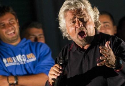 Beppe Grillo durante il comizio a Nettuno (LaPresse)