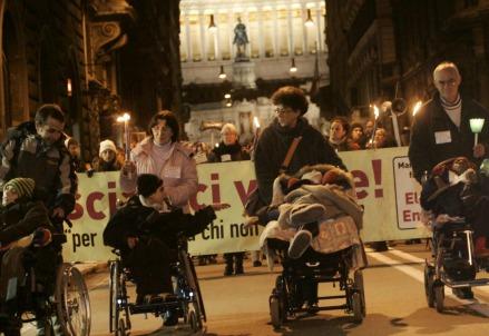 Fiaccolata a sostegno della vita di Eluana Englaro, nel 2008 (LaPresse)
