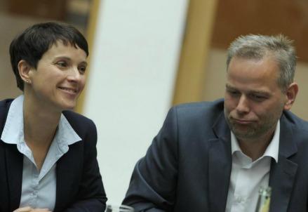 Frauke Petry, leader di AfD, con Leif-Erik Holm (LaPresse)