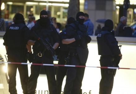 Sul luogo dell'attentato, a Monaco di Baviera (LaPresse)