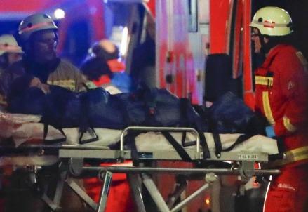Berlino. Soccorritori sul luogo dell'attentato (LaPresse)