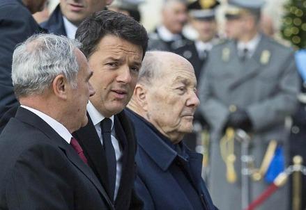 A sinistra di Renzi, Paolo Grossi, presidente della Consulta (LaPresse)