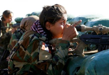 Mosul, donne curdo-iraniane in battaglia contro l'Isis (LaPresse)