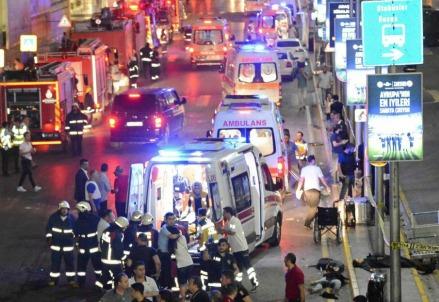 Mezzi di soccorso all'Aeroporto Ataturk, Istanbul (LaPresse)