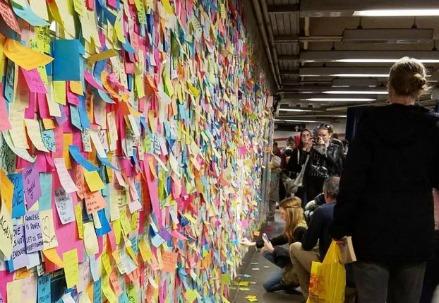 Biglietti di protesta in metro a New York (LaPresse)