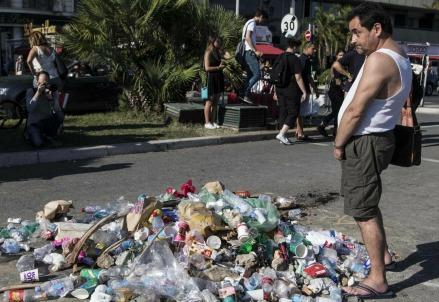 Rifiuti, sputi e oltraggi nel punto in cui è morto l'attentatore a Nizza (Foto: Lapresse)