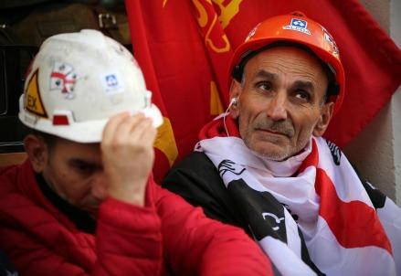 Manifestazione di operai Alcoa davanti a Montecitorio (LaPresse)