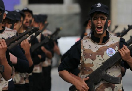 Gaza, studenti palestinesi in addestramento (LaPresse)