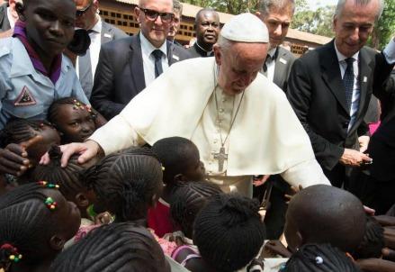 Papa Francesco a Bangui, in Centrafrica, nel novembre 2015 (LaPresse)