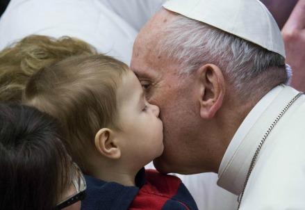 Papa Francesco con i terremotati (LaPresse)